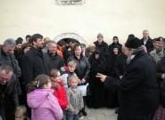 Владика Атанасије са верним народом и децом, Бело Поље код Пећи