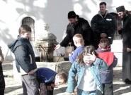 Епископ Атанасије са децом у манастиру Високи Дечани