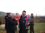 Владика Атанасије са децом у Кололечу - Косовско Поморавље