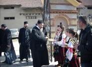 Владика Атанасије са децом и вероучитељима у Прилужју