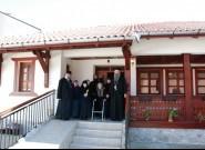 """Владике са Ђаковичким """"бакама"""" пред пред њиховим обновљеним домом у порти храма"""